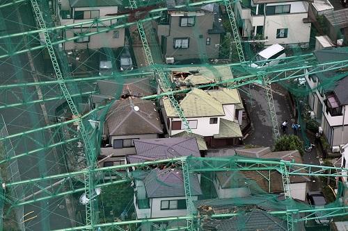 写真・図版 : 台風15号で倒れたゴルフ練習場のネット=2019年9月9日午前、千葉県市原市、朝日新聞社ヘリから、迫和義撮影