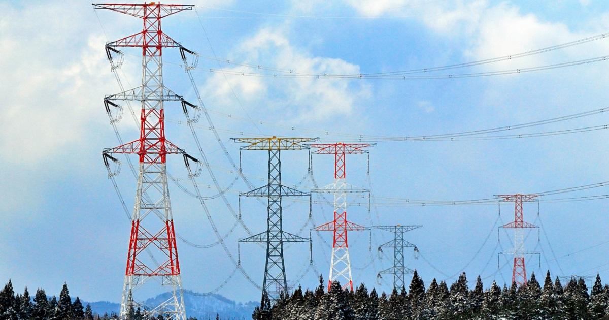 写真・図版 : 青森県の大間原発から首都圏へ電気を送る送電線=2010年2月3日、青森県、石毛良明撮影
