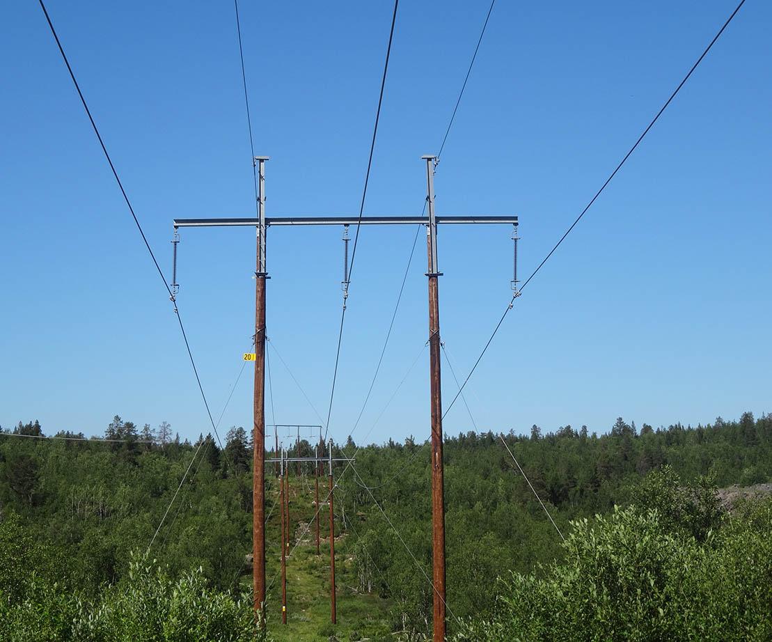 写真・図版 : 7~8年前にキルナ市に引かれた新しい高圧送電線