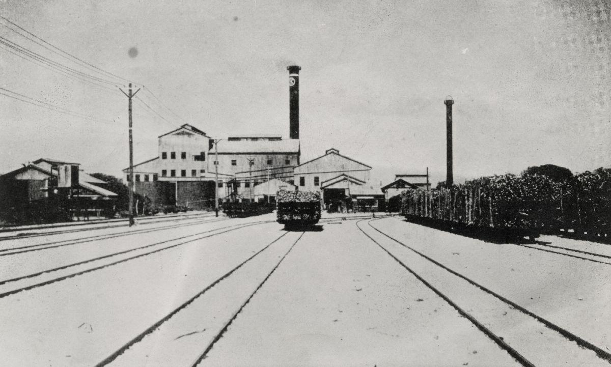 写真・図版 : マリアナ諸島・テニアン島にあった南洋興発株式会社テニアン製糖工場の全景=1933年