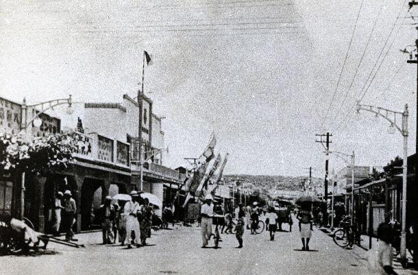 写真・図版 : 1944年の米軍サイパン攻撃で破壊される前のサイパン島テニアン市街