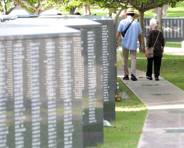 写真・図版 : 沖縄戦の戦没者の名前が刻まれた「平和の礎(いしじ)」=2019年6月20日、沖縄県糸満市摩文仁の平和祈念公園
