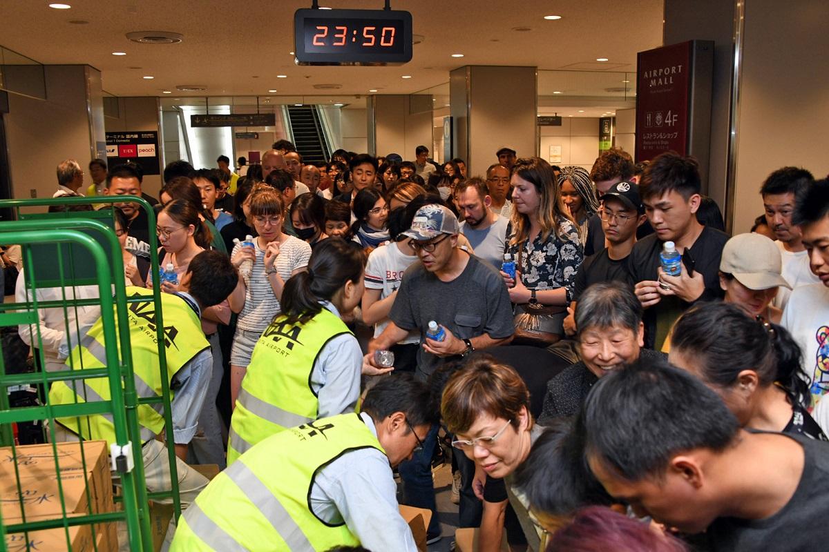 写真・図版 : 孤立した成田空港では、水やクラッカー、寝袋などが配布された=2019年9月9日