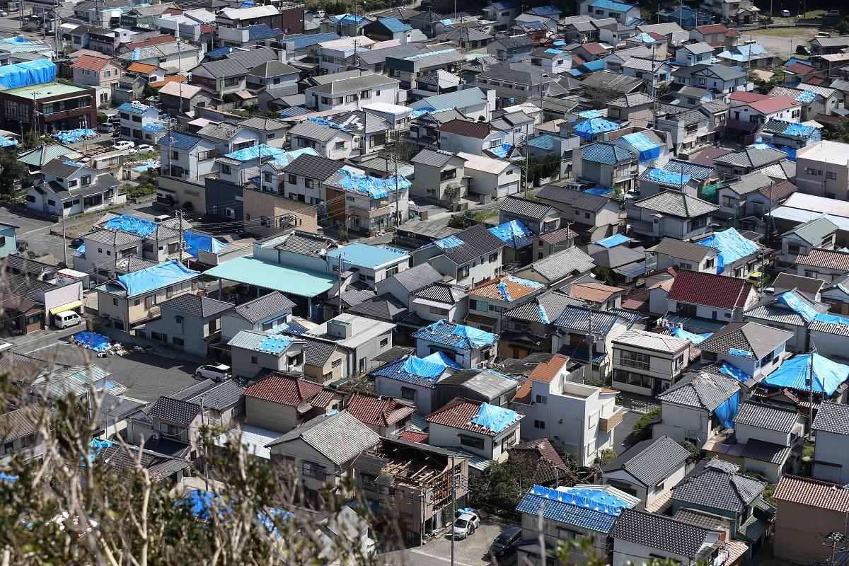写真・図版 : 多くの住宅の屋根にはブルーシートが張られていた=2019年9月25日、千葉県鋸南町