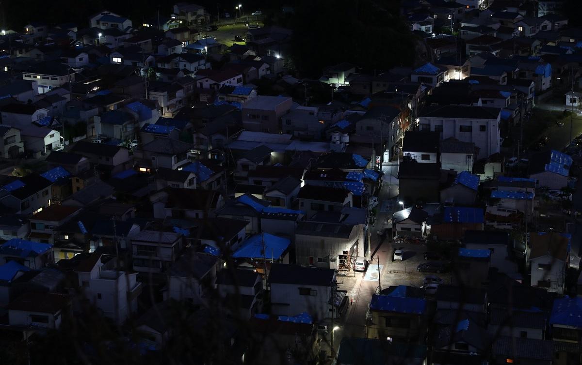 写真・図版 : 台風15号直撃から1週間後も停電は続いていた=2019年9月15日午後6時19分、千葉県鋸南町
