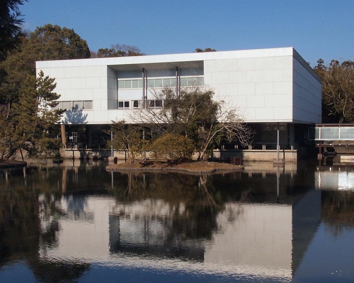 写真・図版 : 神奈川県立近代美術館(鎌倉市)は、日本初の公立美術館として1951年に開館した。鎌倉別館と葉山館が開館したため、2003年から館名は「神奈川県立近代美術館 鎌倉」に(写真は14年)。16年に閉館したが、土地の返却を受けた鶴岡八幡宮が、坂倉準三設計の建物を受け継いで改修し、19年6月に「鎌倉文華館 鶴岡ミュージアム」を開館した