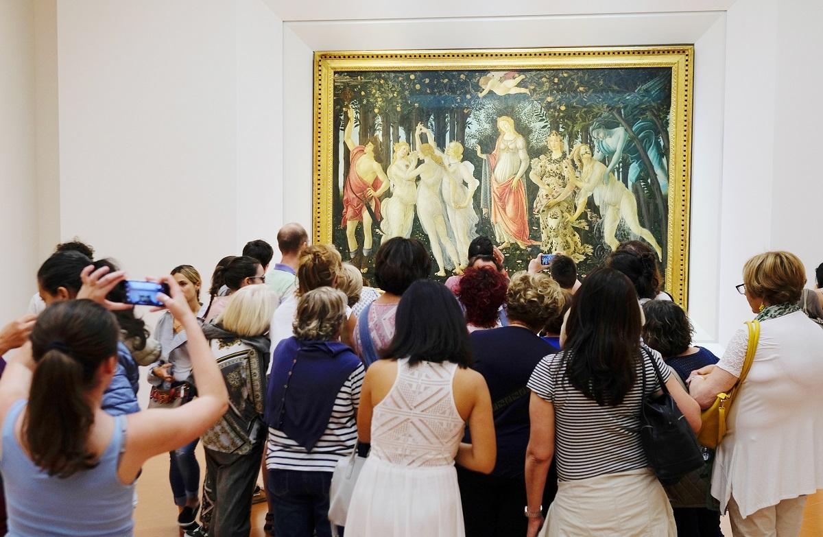 写真・図版 : イタリア・フィレンツェにあるウフィッツィ美術館で絵画を鑑賞する人たち。メディチ家の膨大なコレクションから始まった美術館だ Vereshchagin Dmitry / Shutterstock.com