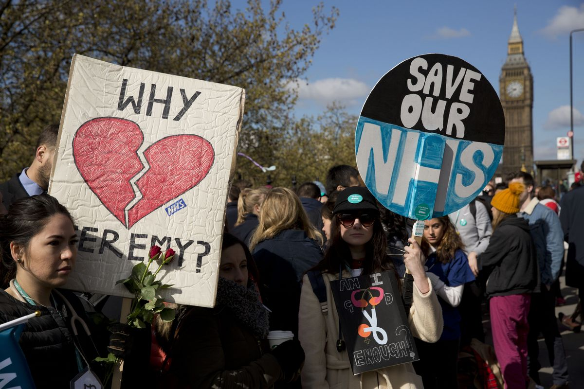 写真・図版 : 2016年4月26日、ロンドンのセントトーマス病院で行われた48時間のストライキ=AP