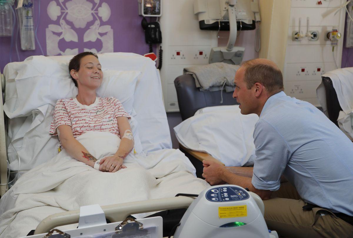 写真・図版 : マースデン病院で患者に語りかけるウィリアム王子=AP