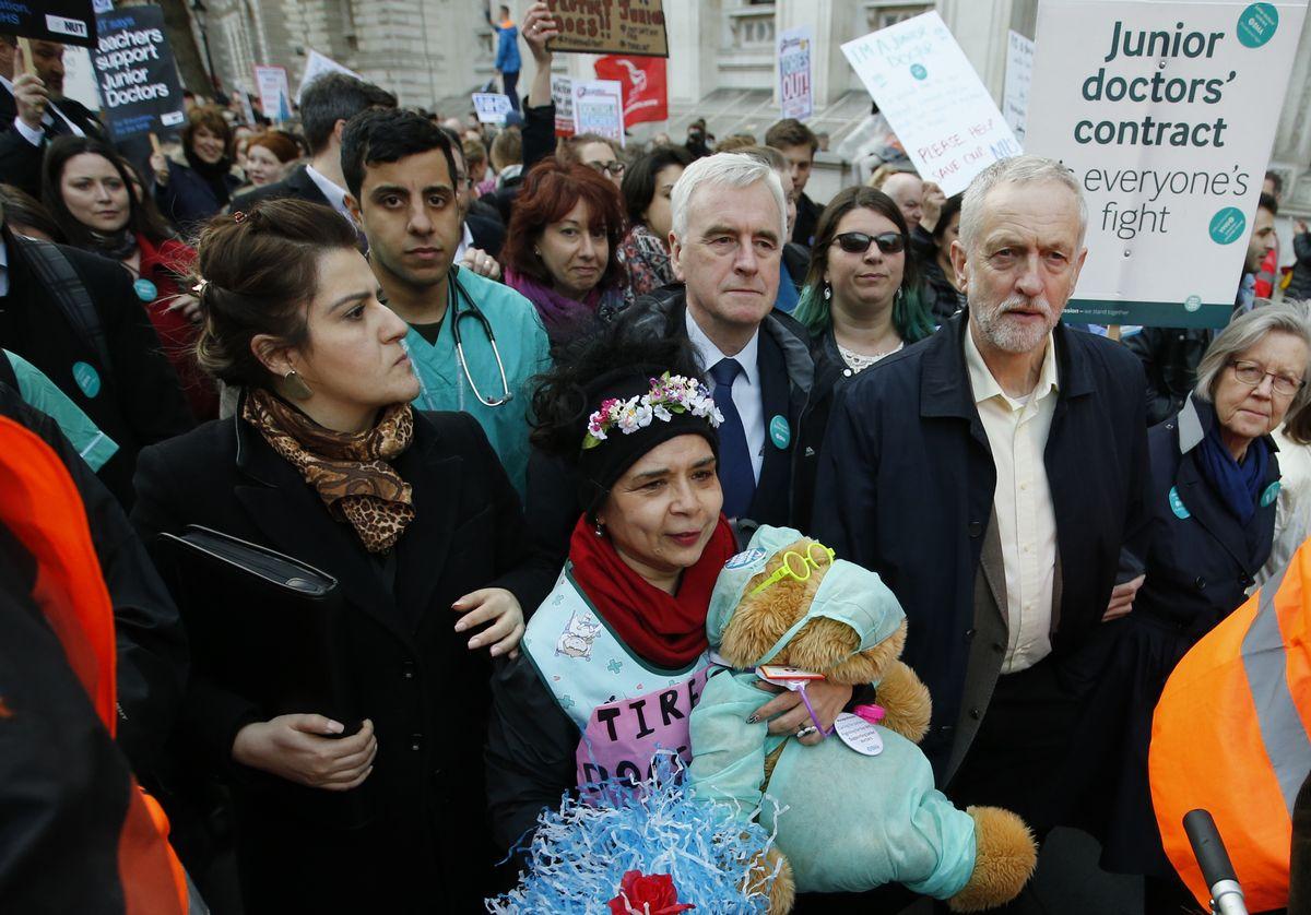 写真・図版 : 2016年4月26日、ロンドンで行われたストで若手医師を支援するデモンストレーションに参加した労働党党首ジェレミー・コービン=AP