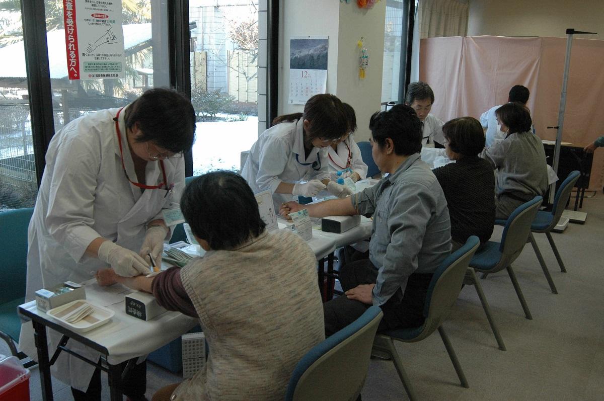 写真・図版 : 避難地域の住民を対象に行われた健康診断=2012年1月14日、福島県伊達市