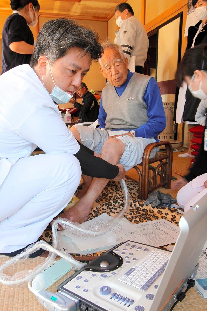 写真・図版 : 福島県立医大の専門医チームが避難所で実施した健康診断=2011年3月28日、福島県いわき市