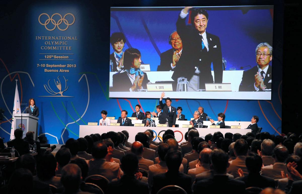 写真・図版 : 開催地決定の最終プレゼンテーションの壇上で手を振る安倍晋三首相=2013年9月7日、ブエノスアイレス