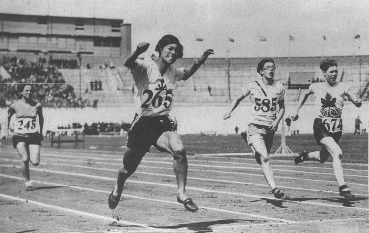 写真・図版 : 第9回五輪アムステルダム大会、女子100m予選で1位でゴールする人見絹枝選手=1928年7月30日、オランダ