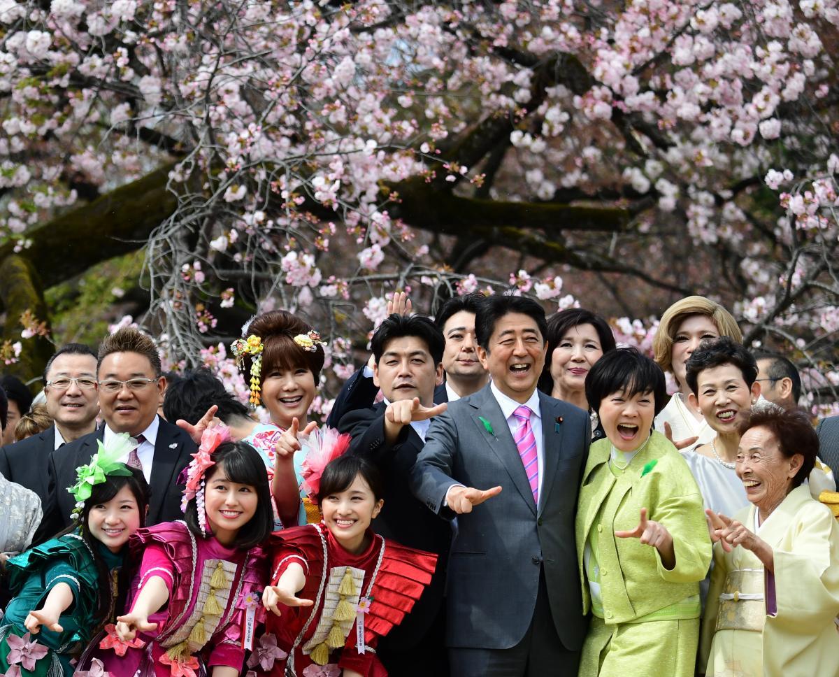 写真・図版 : 「桜を見る会」で、芸能人らに囲まれる安倍晋三首相=2017年4月15日、東京・新宿御苑