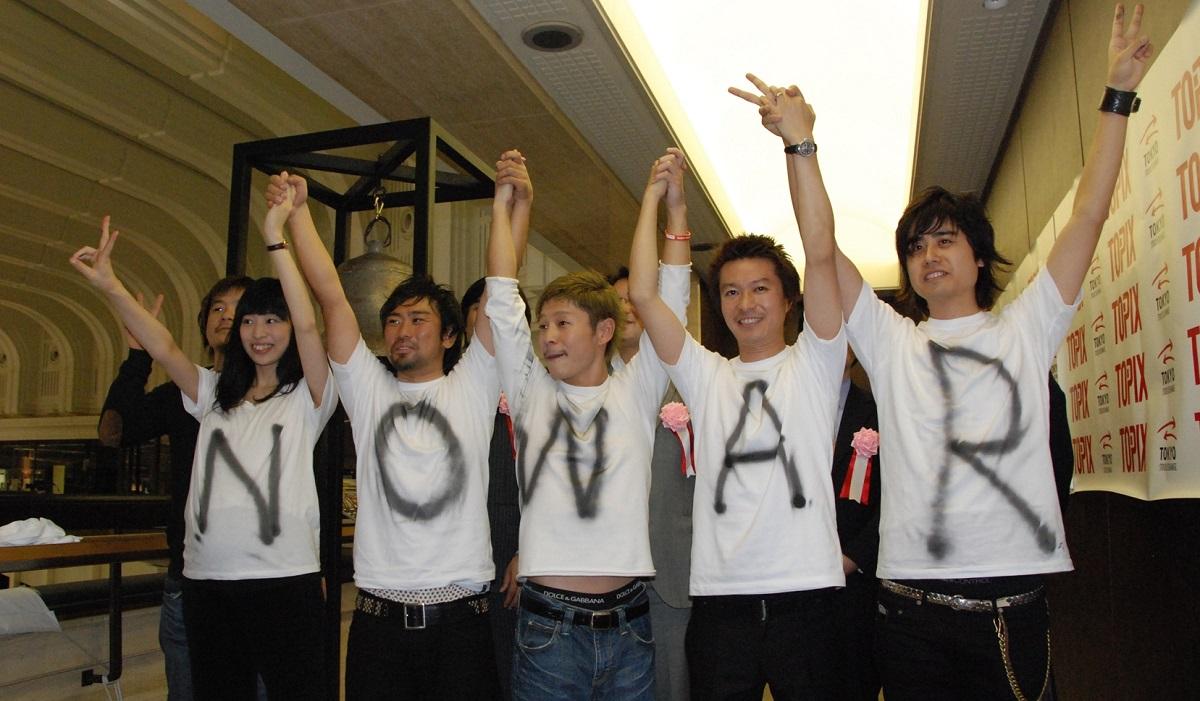 マザーズに上場した時のスタートトゥデイ取締役・大石亜紀子さんと前澤友作社長(フロントランナー)2007年12月、東証マザーズに上場。左端が大石さん、中央が前澤社長=スタートトゥデイ提供