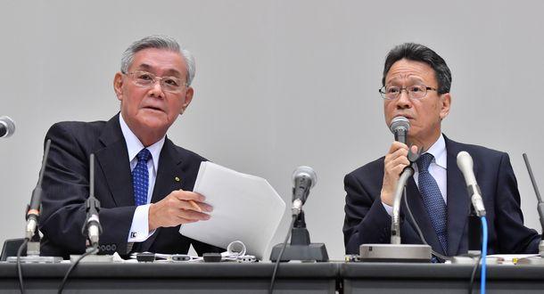 写真・図版 : 記者の質問を受けて資料を確認する、関西電力の八木誠会長(左)と岩根茂樹社長2=2019年10月2日、大阪市福島区