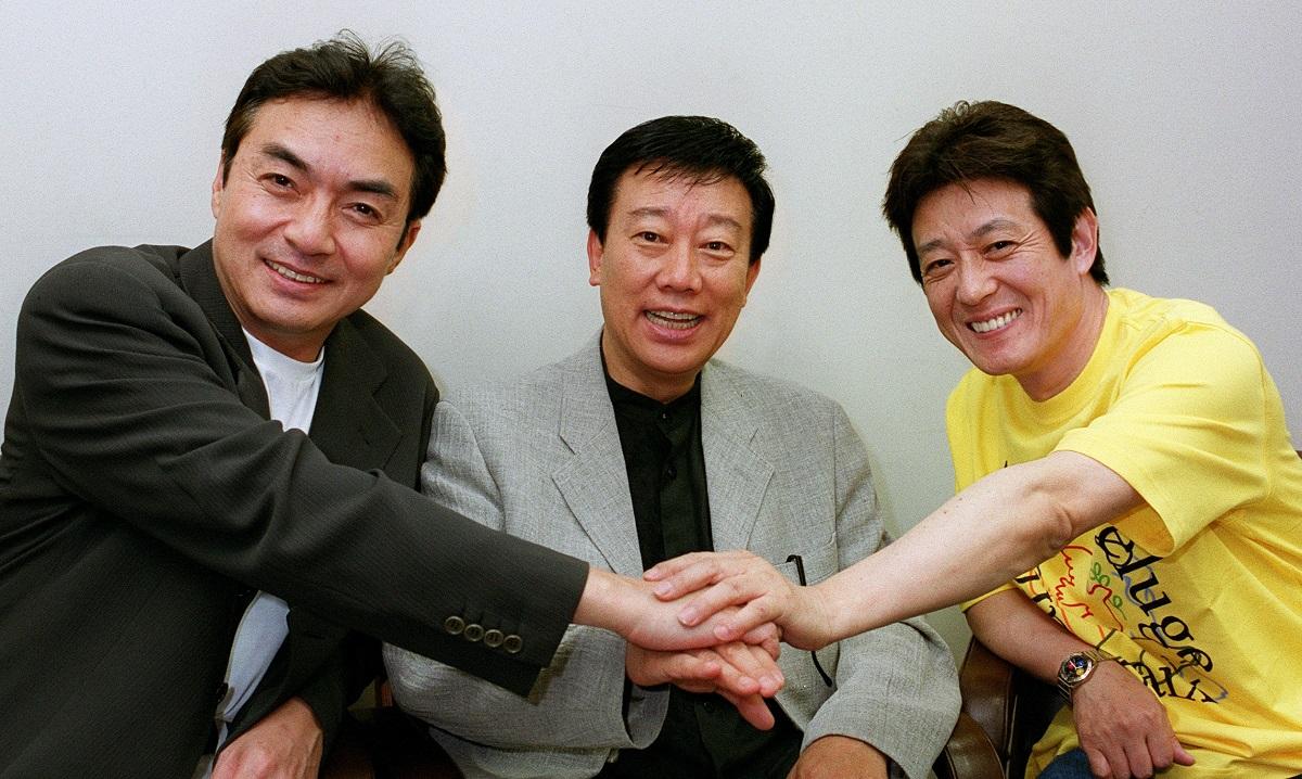 写真・図版 : 60年代にそろってデビュー、一世を風靡した「御三家」。左から西郷輝彦さん、橋幸夫さん、舟木一夫さん=2000年