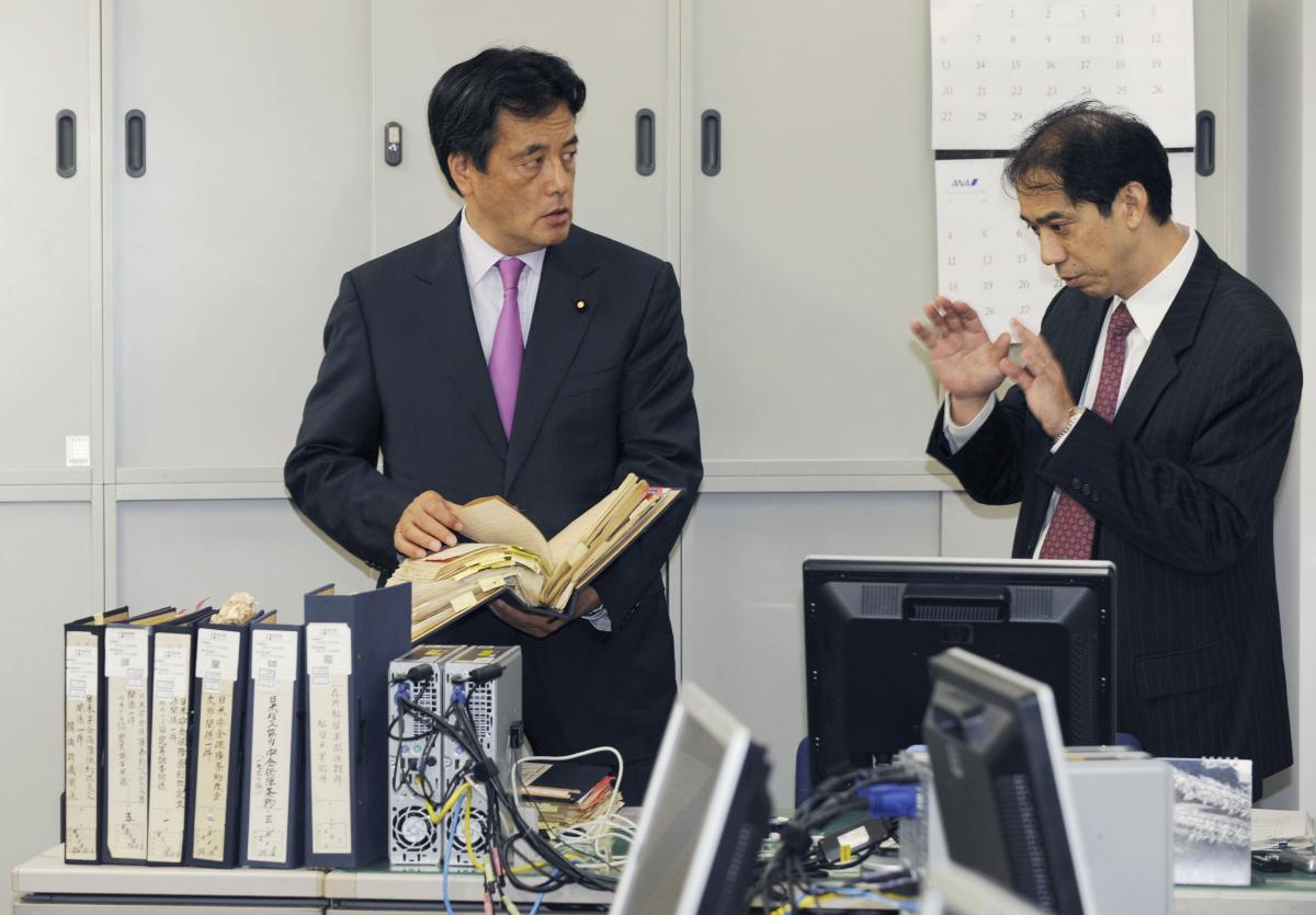 写真・図版 : 民主党政権当時の2009年9月、日米密約調査の状況について外務省幹部に話を聞く岡田克也外相(左)=外務省。代表撮影