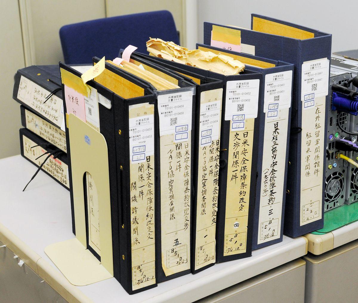 写真・図版 : 日米密約調査の対象となった文書のファイル=2009年9月、外務省。代表撮影