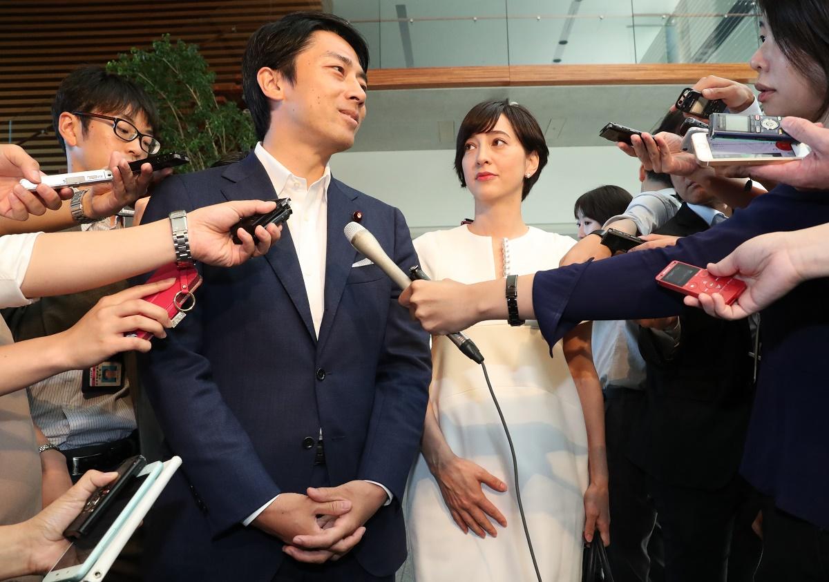 首相官邸で結婚を発表した二人=2019年8月9日