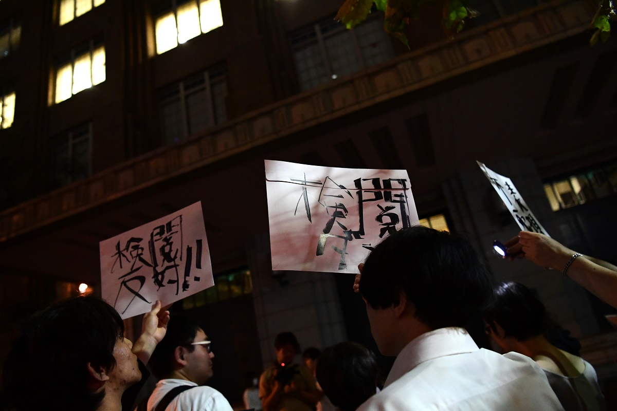 写真・図版 : 補助金不交付の決定に対し、文化庁に抗議する人々=2019年9月26日、東京都千代田区