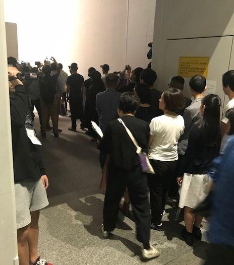 写真・図版 : 当選して会場入り口の安全検査に並ぶ人たち=2019年10月8日、愛知芸術文化センター(筆者撮影)