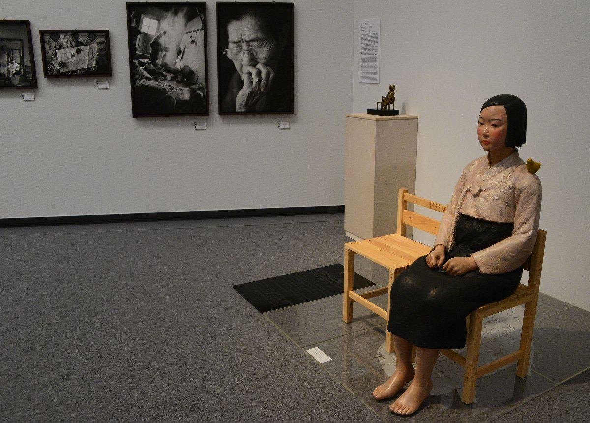 写真・図版 : 中断前の8月に公開された慰安婦問題の象徴・少女像。10月8日に再び展示されたが、報道陣には公開されなかった