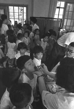写真・図版 : 小学校でソ連製生ワクチンの服用が始まった=1961年7月、東京都港区立白金小学校