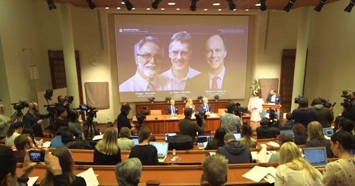 写真・図版 : ノーベル医学生理学賞を発表した記者会見=ノーベル財団のyoutube映像から