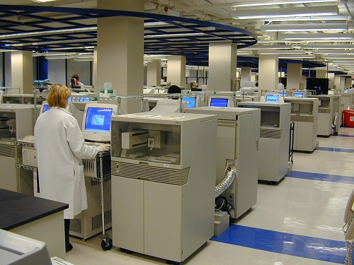 写真・図版 : ヒトゲノム解読には大量のDNAシーケンサーが投入された=筆者撮影