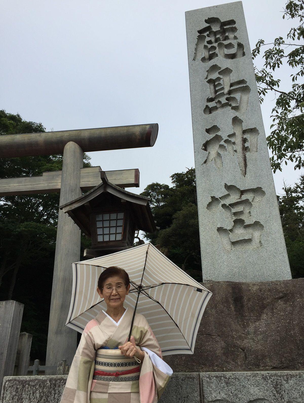 写真・図版 : 鹿島神宮に詣でる沢村豊子師匠