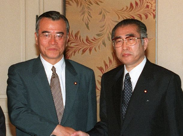 写真・図版 : 連立へ大詰めの自公党首会談を前に握手する小渕首相(右)と神崎公明党代表=1999年7月7日、国会内