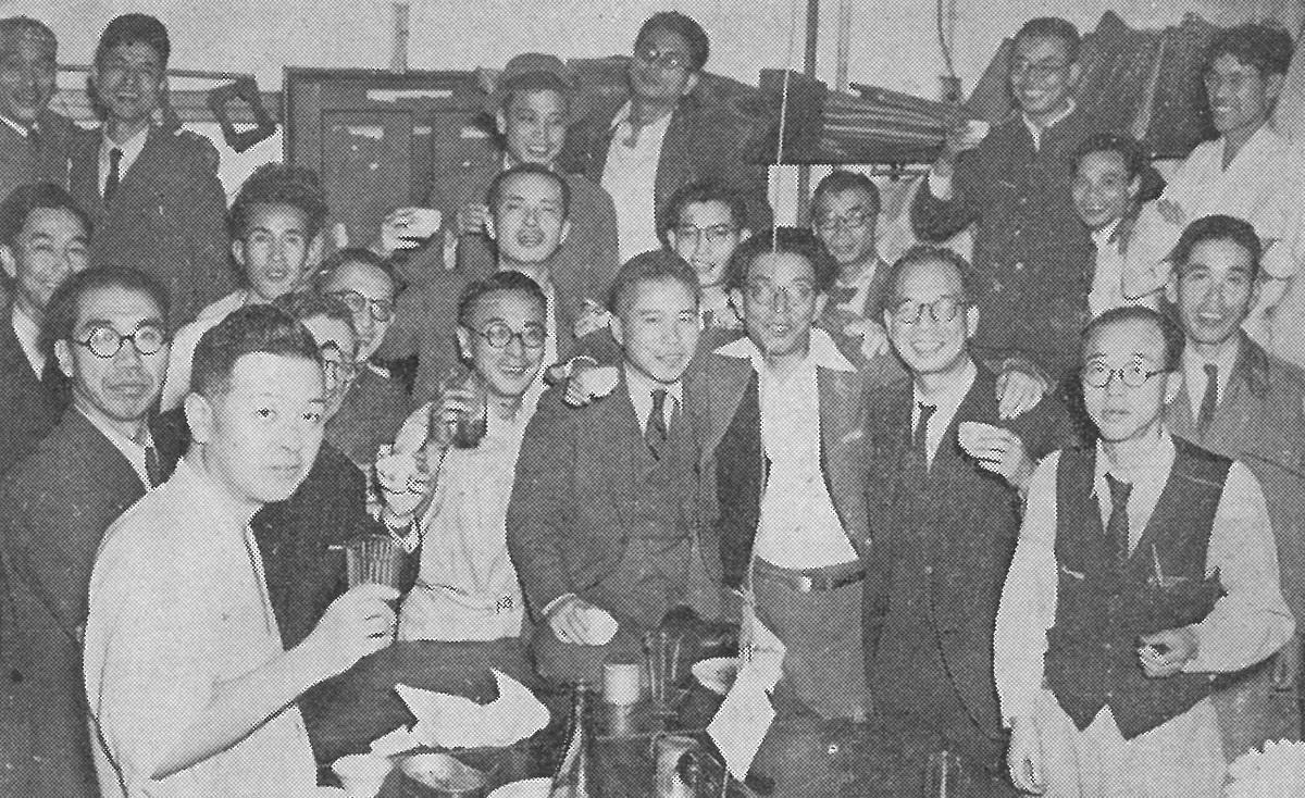 写真・図版 : 1945年10月に撮影された〈〝新しい朝日〟を祝ってショウチュウの乾杯〉の写真。朝日新聞社内報「朝日人」の67年(昭和42)10月号に掲載された