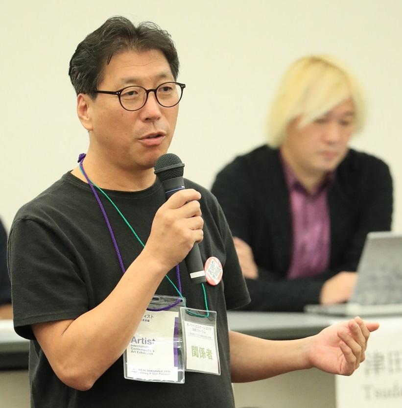 写真・図版 : フォーラムで意見を述べる韓国の彫刻家で「平和の少女像」の作者キム・ウンソンさん=2019年10月5日午後、名古屋市東区