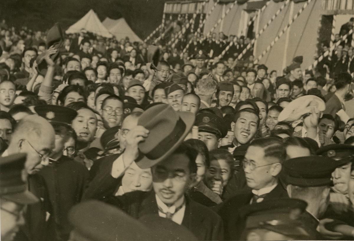 写真・図版 : 「日本国憲法公布祝賀都民大会」に出席、熱狂する都民らに囲まれながら皇居に戻る昭和天皇=1946年11月3日、東京・皇居前広場