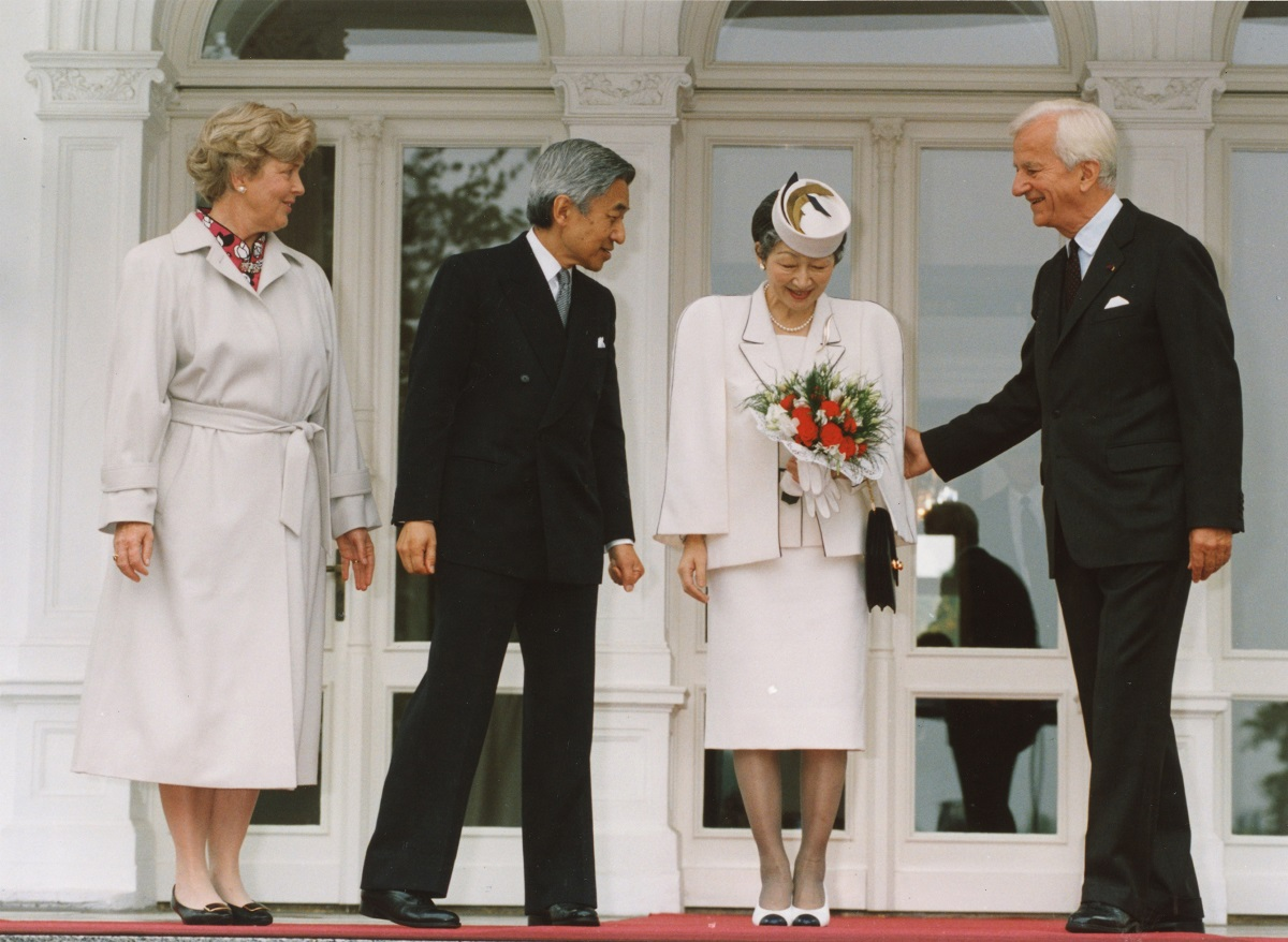 写真・図版 : 欧州歴訪の旅で、ドイツの大統領府を訪れた前天皇夫妻とヴァイツゼッカー独大統領(当時)夫妻=1993年9月13日、ドイツ・ボン