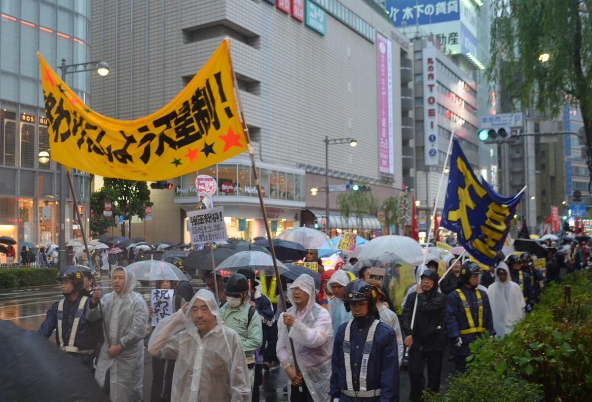 写真・図版 : 改元が行われた日、「終わりにしよう天皇制」の横断幕を掲げてデモをする人々=2019年5月1日、東京・銀座