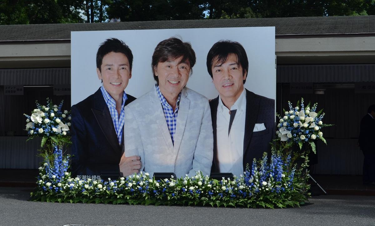 写真・図版 : 2018年に亡くなった西城秀樹さんの告別式場で=2018年5月25日、東京都港区の青山葬儀所
