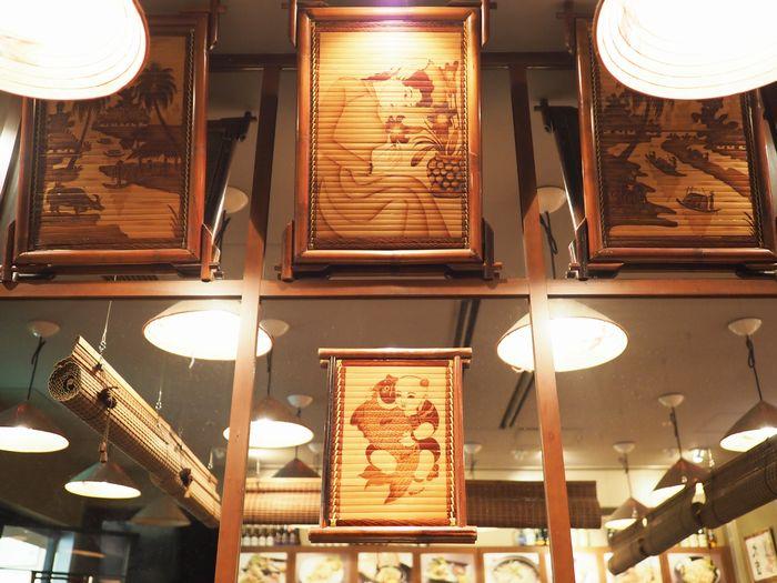 写真・図版 : 店内にも、イエローバンブーの装飾がふんだんに使われている