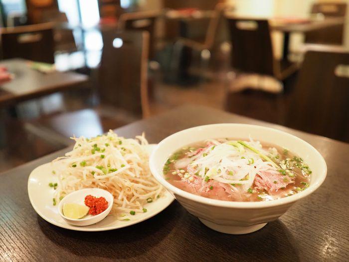 写真・図版 : 麺や肉のうまみはもちろん、玉ねぎもやしまで、みずみずしい食べごたえだ