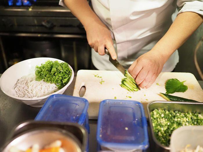 写真・図版 : 慣れた手つきで細やかに野菜を刻んでいく南さん