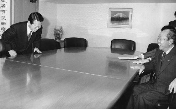 写真・図版 : 自民党総裁選で小沢一郎氏(左)との会談に臨む宮沢喜一氏。小沢氏は国会近くの自らの事務所に宮沢喜一、三塚博、渡辺美智雄3氏をそれぞれ招き、政策など総裁選に臨む考え方を聴いた1991年10月11日、東京・永田町