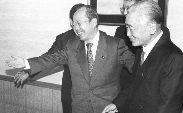 写真・図版 : 退陣を表明した海部俊樹首相(自民党総裁)の後継総裁を決める1991年10月の党総裁選挙で、最大派閥の竹下派が宮沢派会長の宮沢喜一氏支持を決めた。これを受けて、宮沢氏は都内のホテルオークラで竹下登・元首相(右)を出迎えて会談、謝意を表した。=1991年10月14日