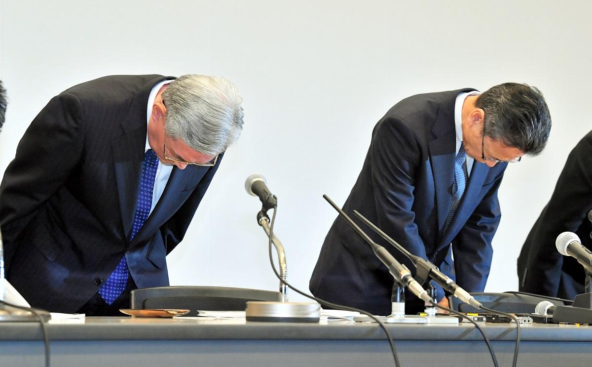 写真・図版 : 会見で頭を下げる、関西電力の岩根茂樹社長(右)と八木誠会長=2019年10月2日