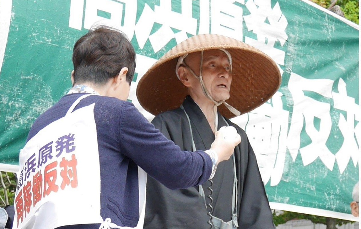 写真・図版 : 関電本社前で「反原発」を訴える中嶌哲演住職=2017年5月