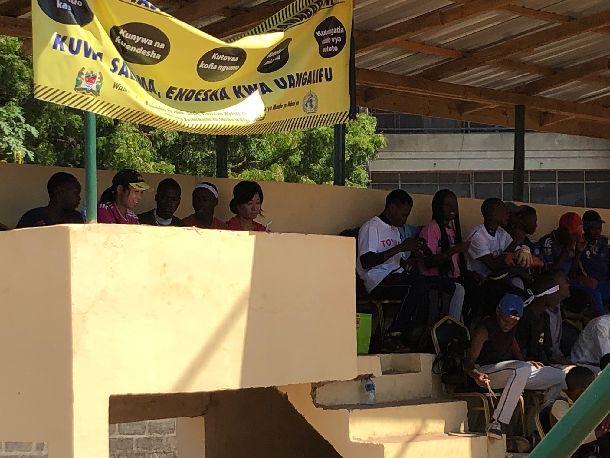 写真・図版 : ンチンビ事務局長のアイデアで造られたスコアラー専用席。グラウンドがよく見渡せる絶好の位置。