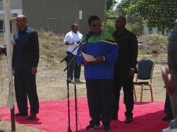 写真・図版 : 開所式でスピーチを行うマジャリワ首相。アフリカ野球の発展に向けて画期的な演説を行ってくれた。