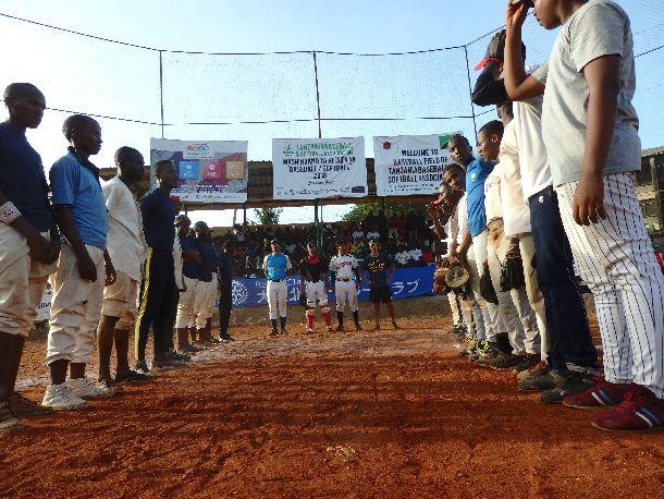 写真・図版 : タンザニア甲子園大会のすべての参加チームが、試合前と試合後に相手にリスペクトを示す儀式として、整列、脱帽、礼を行う。