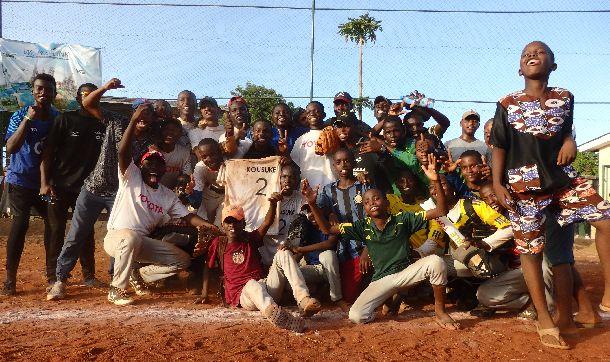 写真・図版 : 整列、礼が終わった後の優勝チームは喜び爆発。グラウンドをウイニングランした後、記念撮影。
